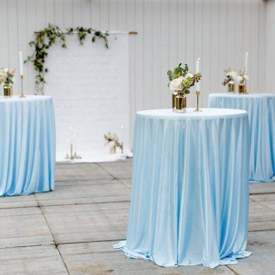 ruimvallende statafelhoes groot tafelkleed lichtblauw rond kleed huren bruiloft babyblauw statafelrok wave