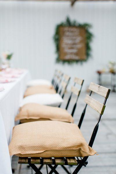 rieten kussens zeegras huren bruiloft mix linnen kussens bruiloftdecoratie
