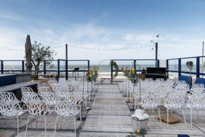 strandbruiloft trouwen wassenaar beachwedding styling bruiloft strand italie citroenen olijf witte stoelen huren partylichts tuinstekers zomer bruiloft