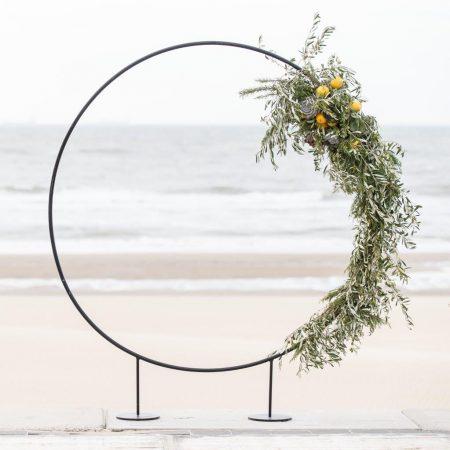strandbruiloft trouwen wassenaar beachwedding styling bruiloft strand italie citroenen olijf backdrop rond huren bruiloft zwart metaal achtergrond bruiloft op zich zelf staande frame