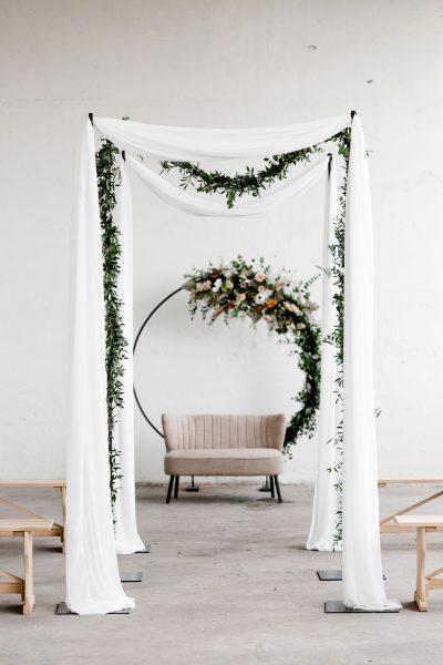 huur stellingen bruiloft backdrop set styling romantisch trouwbank achtergrond doeken bloemdecoratie feest huren backdrop rond stoer metaal versieringen