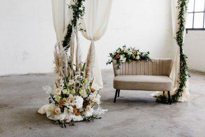 trouwbankje zandkleur backdrop rond zwart beige bankje bruiloft huren