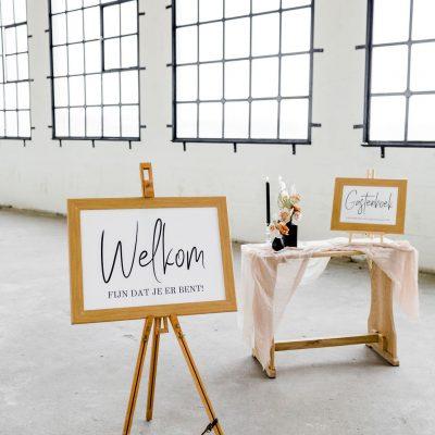 welkomsbord fijn dat je er bent houten lisjt zwarte letters bruiloft huren
