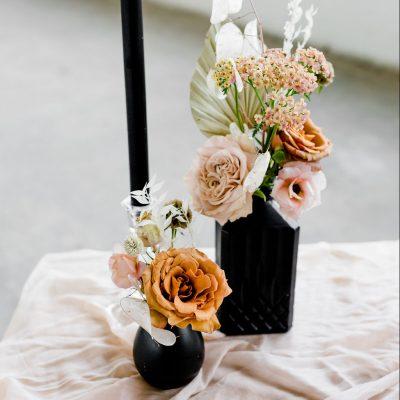 huren zwarte vaasjes bruiloft feest keramiek steen tafeldecoratie bruiloftstyling bloemen huren