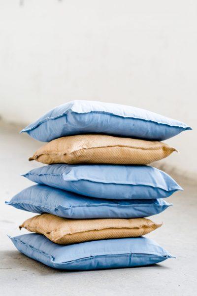 indigo blauwe kussens linnen huren bruiloft feest zeeblauw blauw metaalblauw