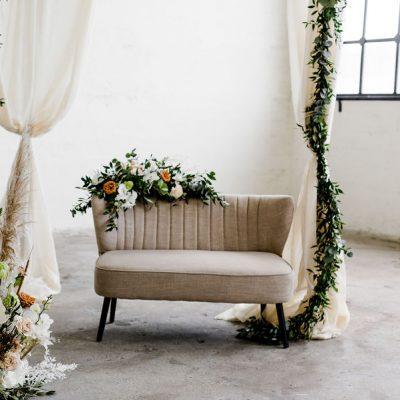 bankje ceremonie huren bruiloft bruidspaar stoelen