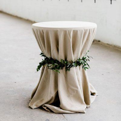 cocktailtafel hoes statafelrok linnen statafelhoes biertafel kleed tafelkleed linnen huren bruiloft beige natuurtint