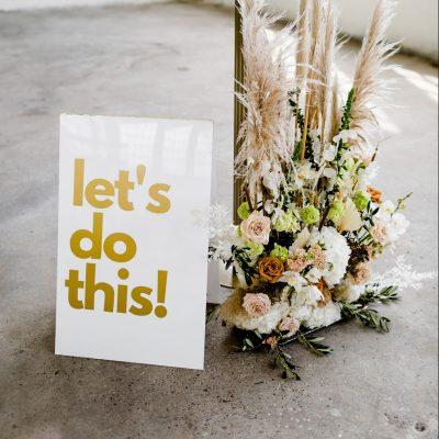 welkomsbord weddingsign modern richtaanwijzing statement styling decoratie goud huren bruiloft stoer