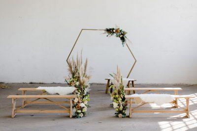 backdrop 6 hoek symmetrisch haxagon huren bruiloft goud gouden achtergrond ceremoniestyling bruiloftstyling bruiloftdecoratie