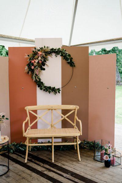 houten backdrop panelen houten platen roze zand terracotta huren bruiloft foto achtergrond