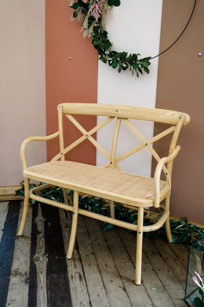 houten crossback rotan bankje rieten trouwbankje 2 persoons ceremonie setting huren bruiloft naturel blank hout krukje zetel