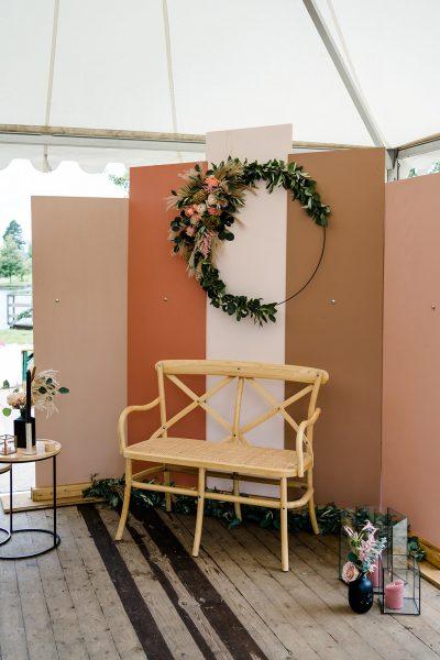 decoratie bruiloft ceremoniestyling bankje huren bruiloft