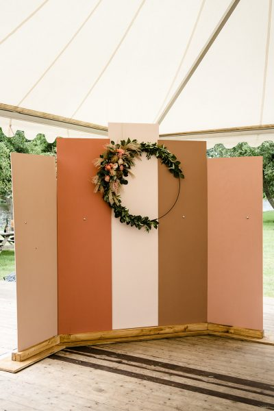 backdrop hout op zich zelfstaand panelen roze huren bruiloft decoratie ceremonie aankleding