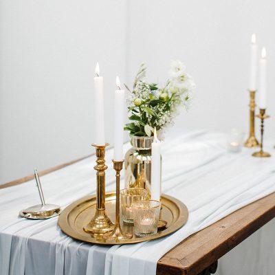 dienblad vintage hout fotoprops fineart shoot bruiloft decoratie huren details gouden kandelaren