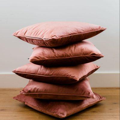 kussens huren fluweel pillow velvet pink dusty roze bordeaux oud roze