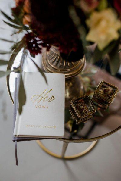 bijzettafeltje goud klein tafeltje tekentafeltje huren bruiloft spiegel