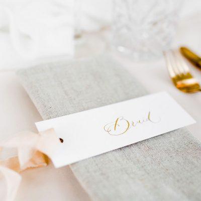 kalligrafie naamkaartje oud hollands papier handgeschreven diner decoratie huren bruiloft glazen naamkaartjes bestek goud romantisch compleet set stylingspakket