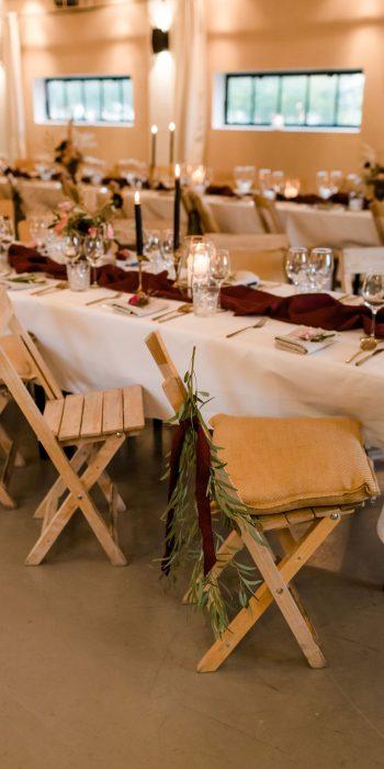 dinerstylign explore de lutte themakleur bordeaurood houten stoelen huren portfolio feline styling