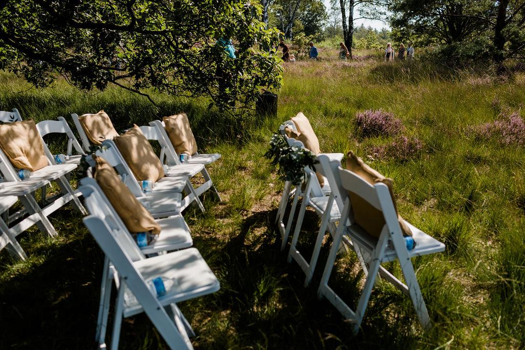 trouwen op de heide buiten trouwen aankleding olijfgroen bruiloft trouwen in het bos