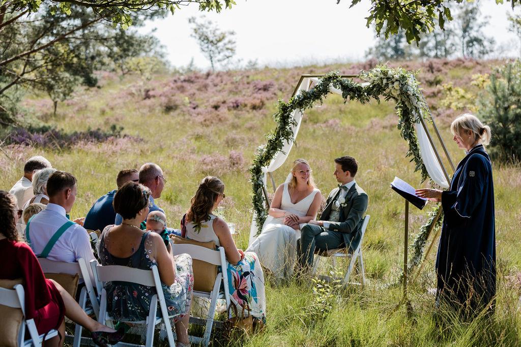 trouwen op de heide buiten trouwen aankleding olijfgroen bruiloft trouwen in het bos barneveld