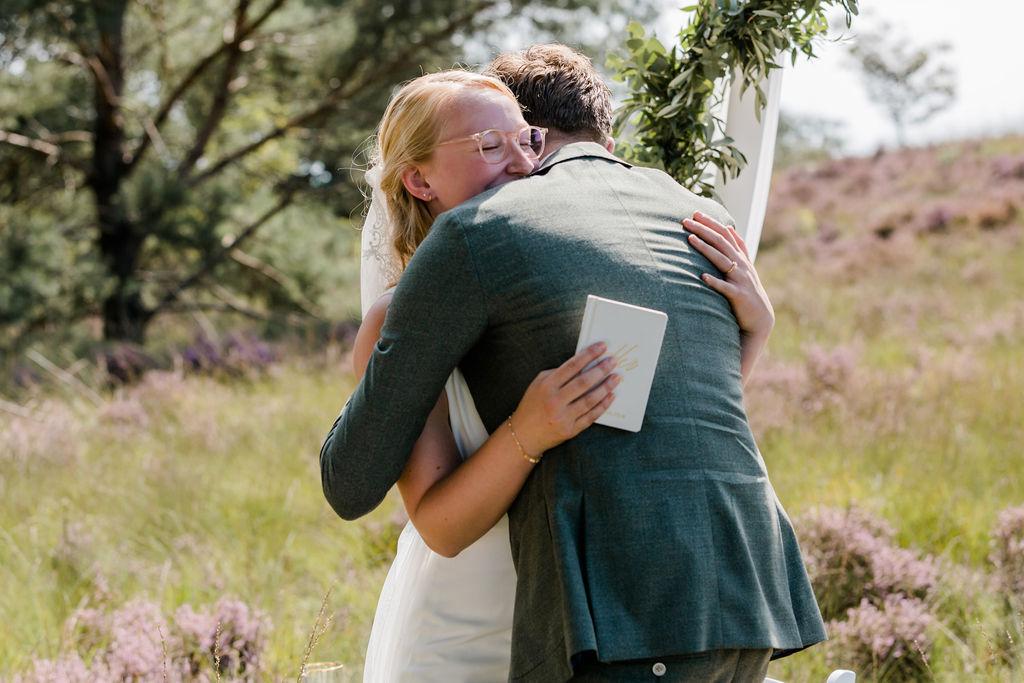 trouwen op de heide buiten trouwen aankleding olijfgroen bruiloft trouwen in het bos geloften tijdens ceremonie