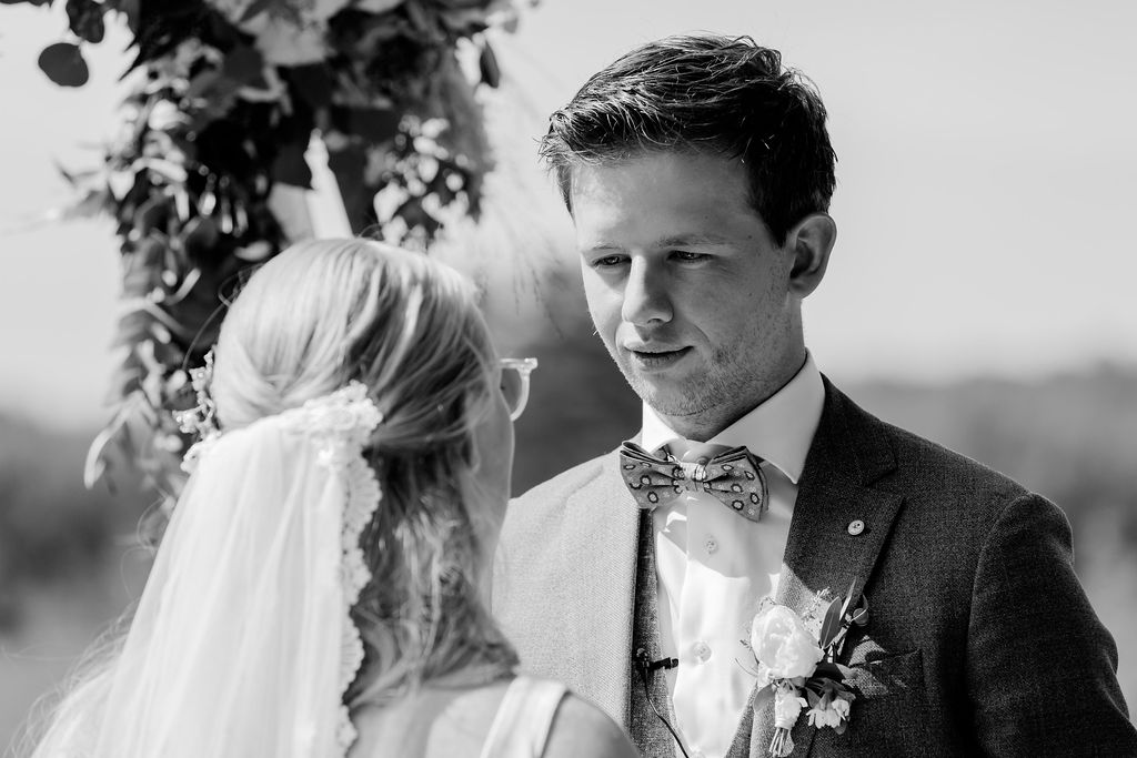 trouwen in het bos op de heide bruiloft ceremonie