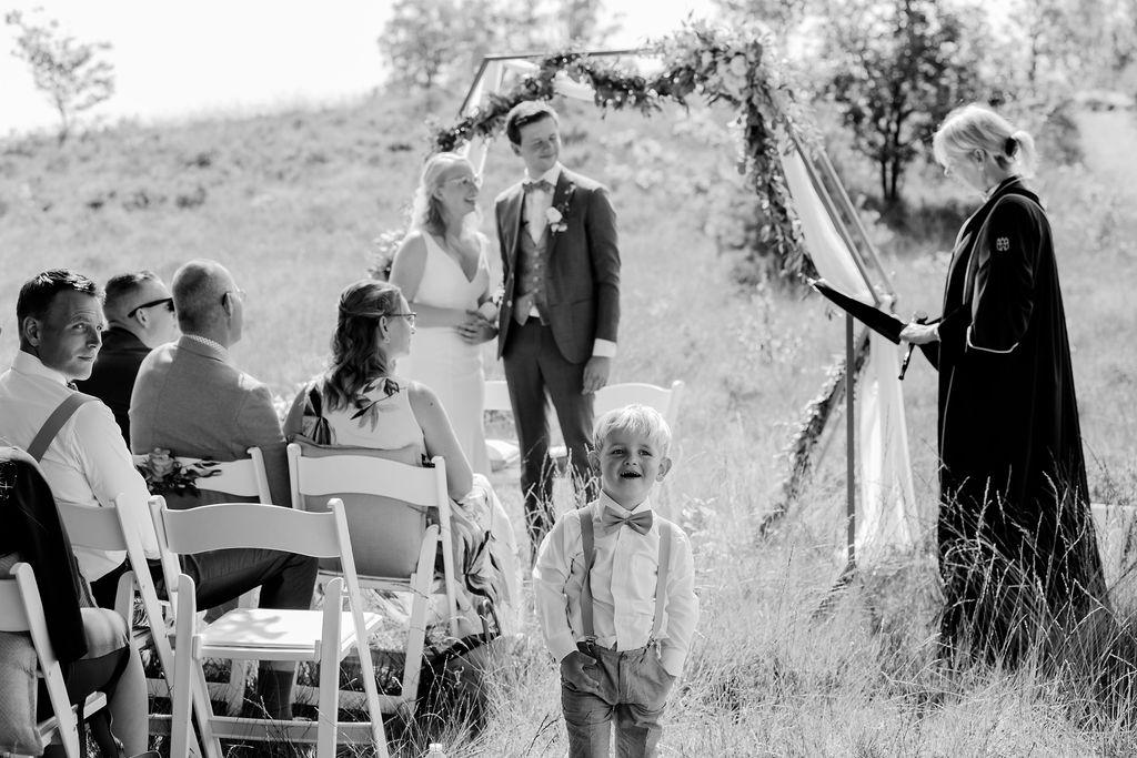 ceremonie backdrop buiten trouwen bruiloft jawoord in het bos