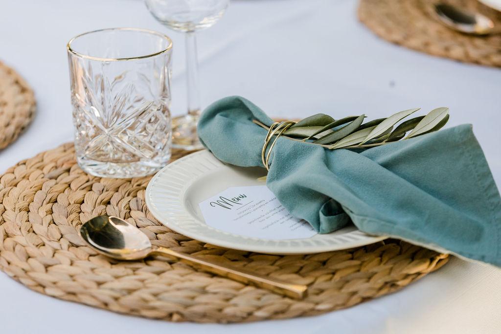 trouwen op de heide buiten trouwen aankleding olijfgroen bruiloft trouwen in het bos servet linnen rieten placemat