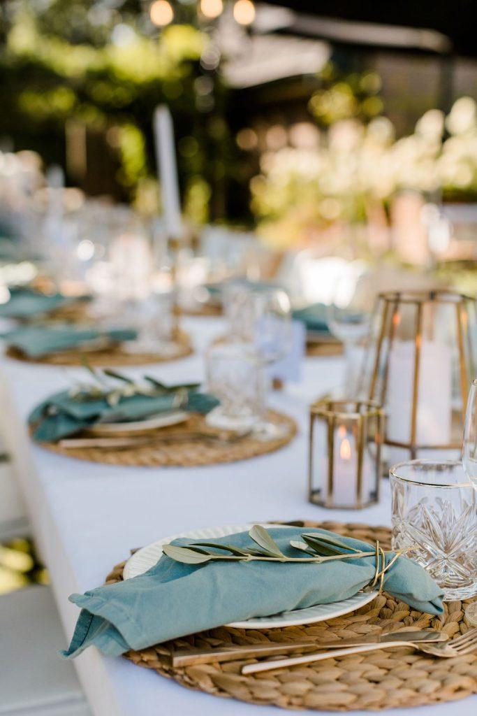 tafeldecoratie bruiloft trouwen buiten eten diner lange tafels