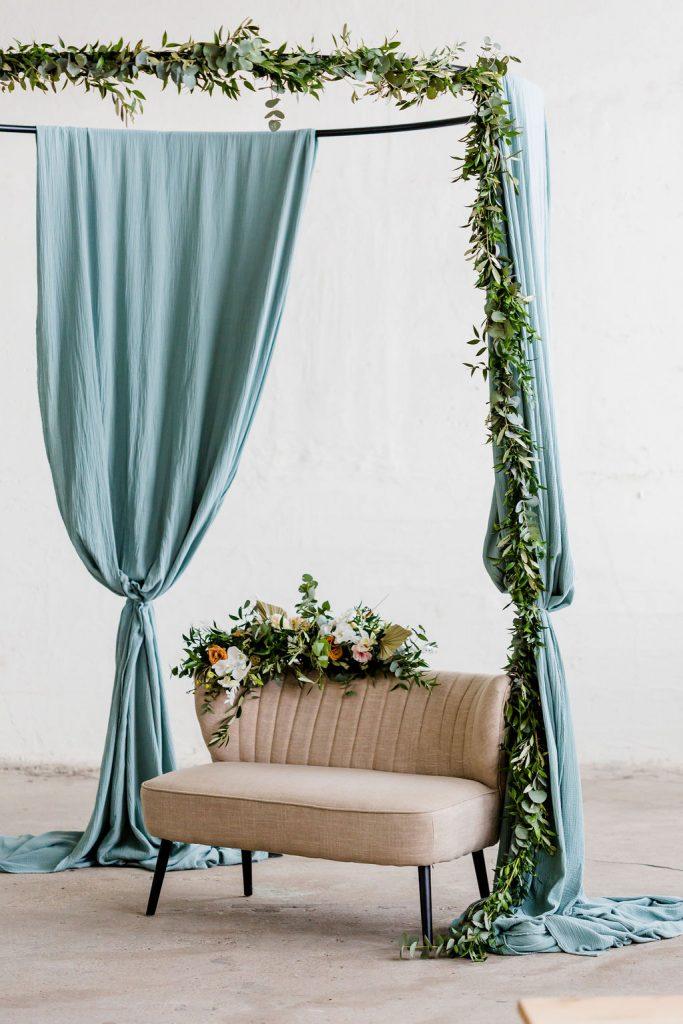 prieel buiten trouwen metaal doeken decoratie bruiloft