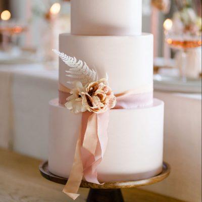 bruidstaart etagere hout mango huren aankleding decoratie versiering bruiloft feest taartschaal