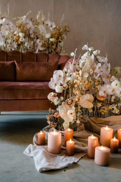 roze fluwelen bank oud roze dusty roze bruiloft huren decoratie aankleding