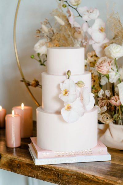 bruidstaart aankleding decoratie bruiloft trouwen taart etagere schaal plateau goud