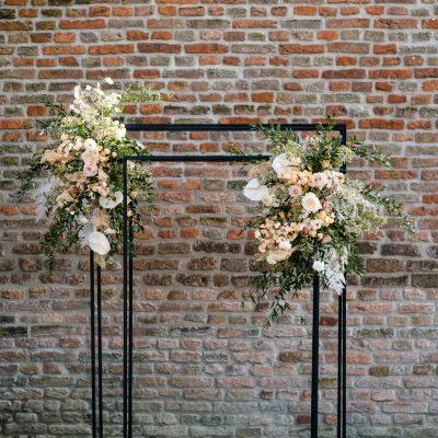 backdrop stelling zwart dubbel metaal ceremonie aankleding bruiloft stoer industrieel huur