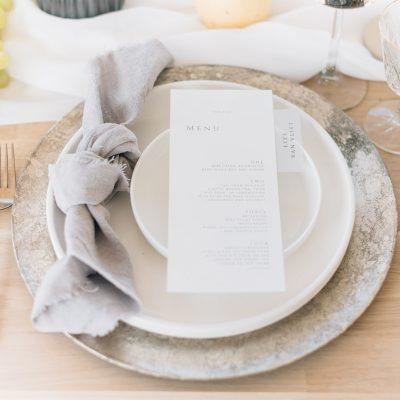 onderbord huren diner aankleding bruiloft lange tafels versiering goud zilverlook