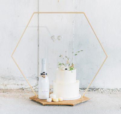 plateau modern taart bruidstaart goud hexagon backdrop
