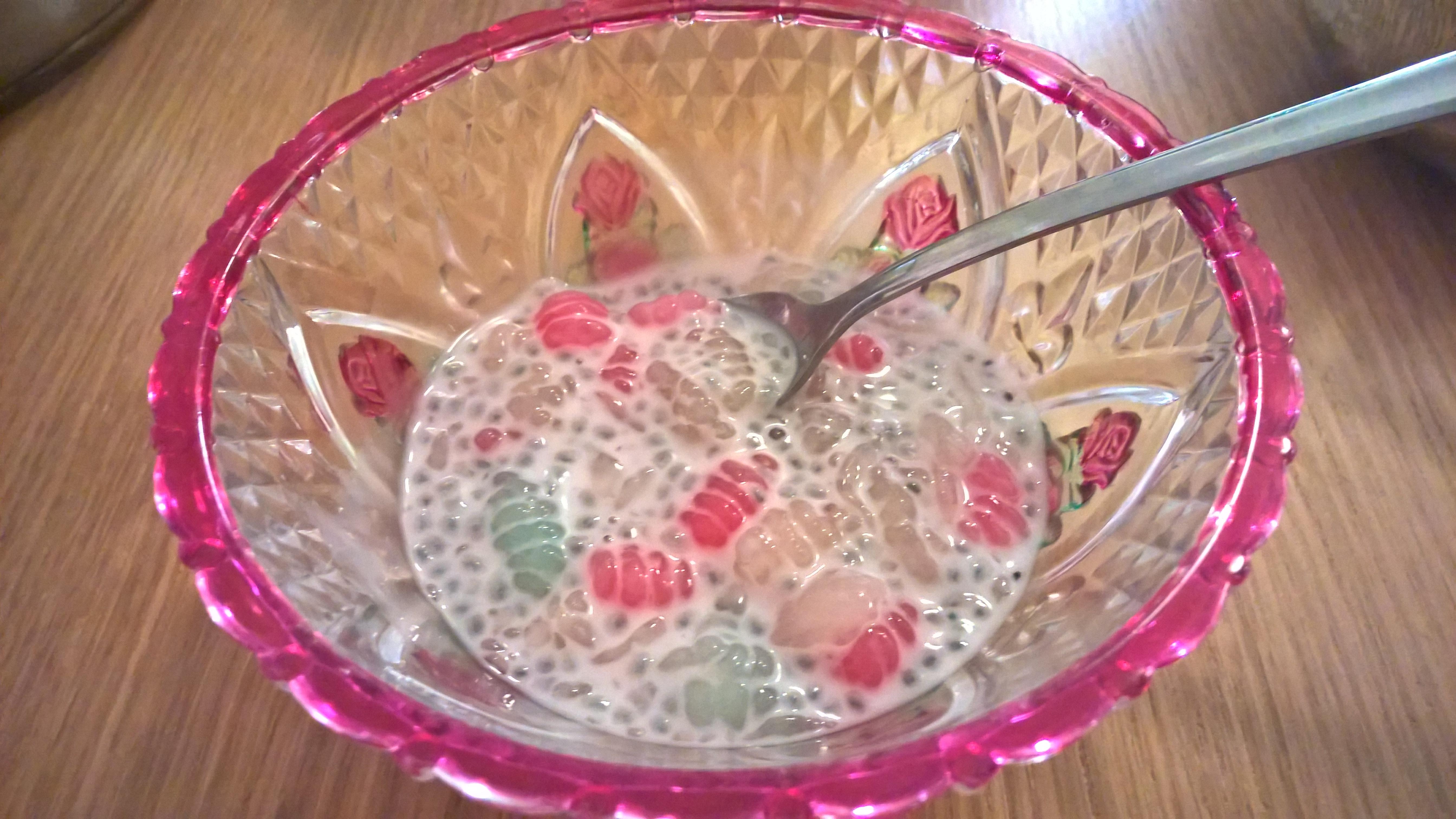 Roamid med basilikafrön i mjölk- och sockerlag