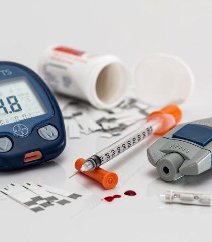 https://usercontent.one/wp/flegelnet.nl/wp-content/uploads/2018/01/Diabetes-meidacatie-en-prikker-420x480.jpg