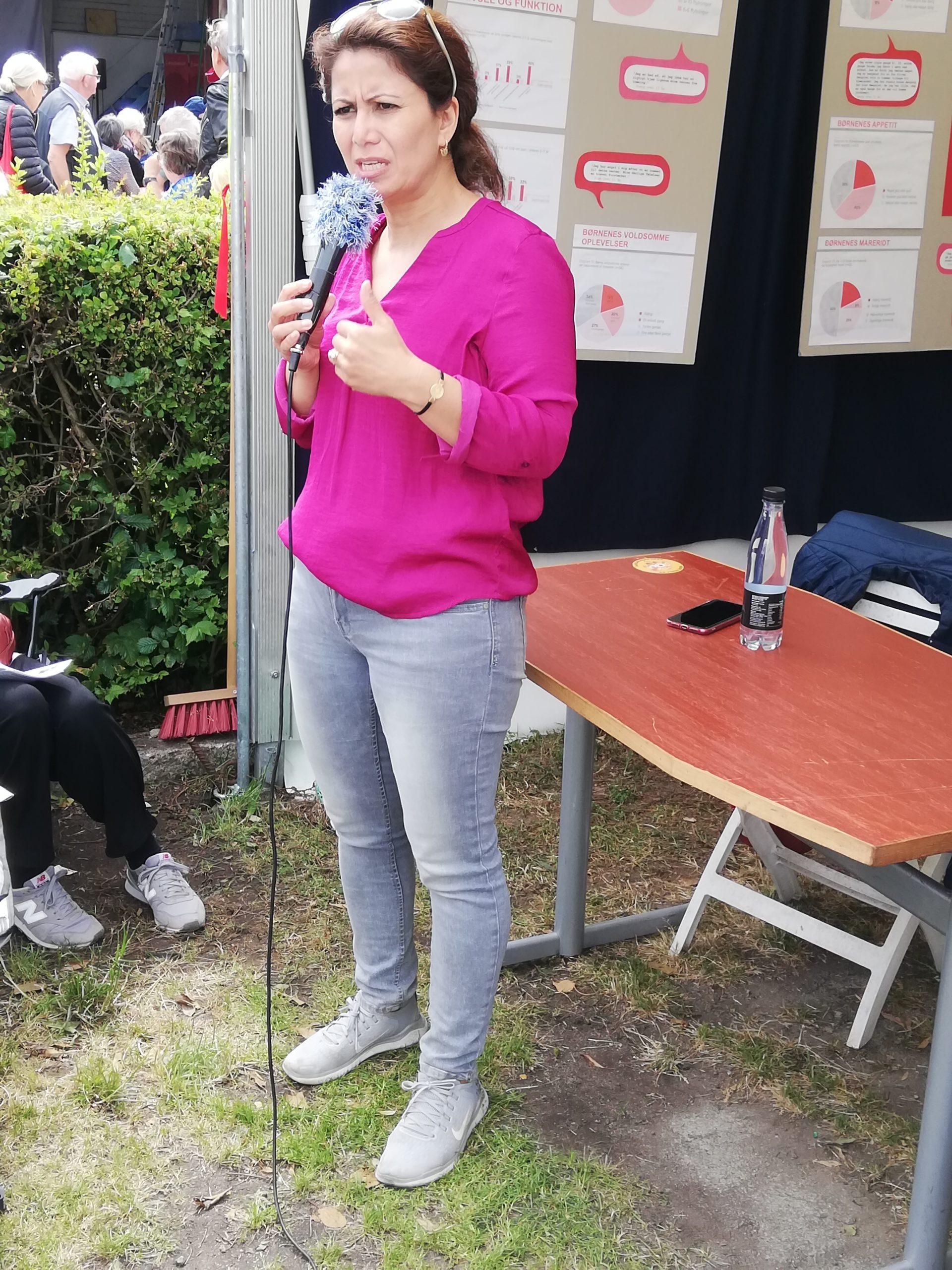 Özlem Cekic hos om brobyggererfaringerorældre for Asyl