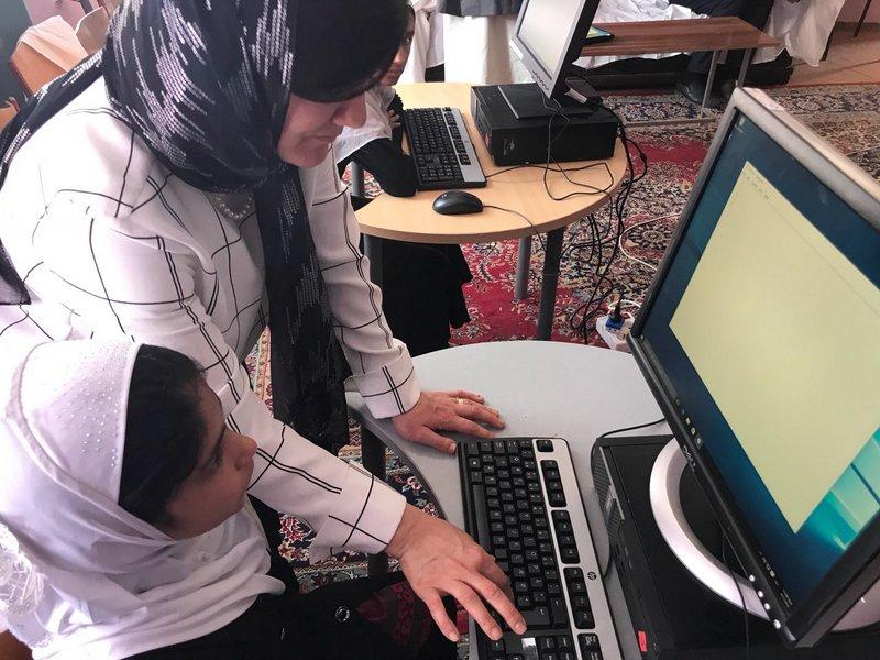Zahra viser afghansk skolepige at bruge computer