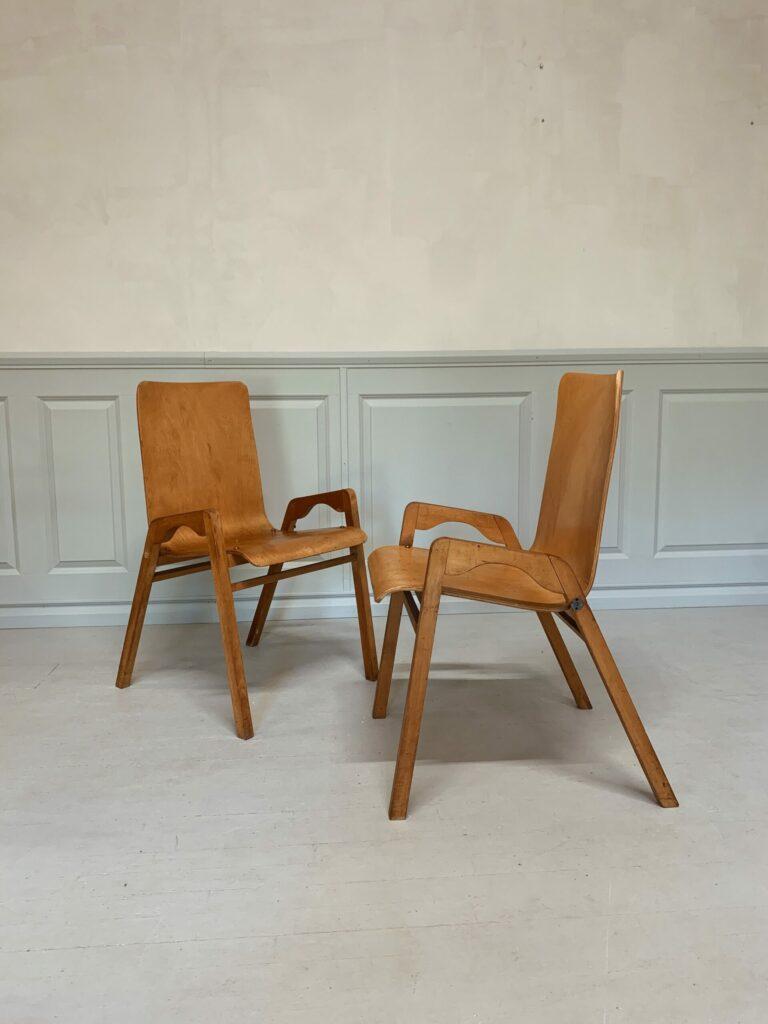 Paret stolar i formpressat trä, 1900-talets mitt