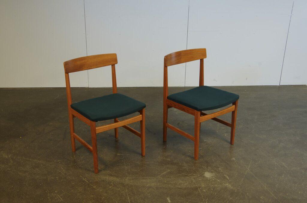 Ett par stolar i teak från 1960-talet