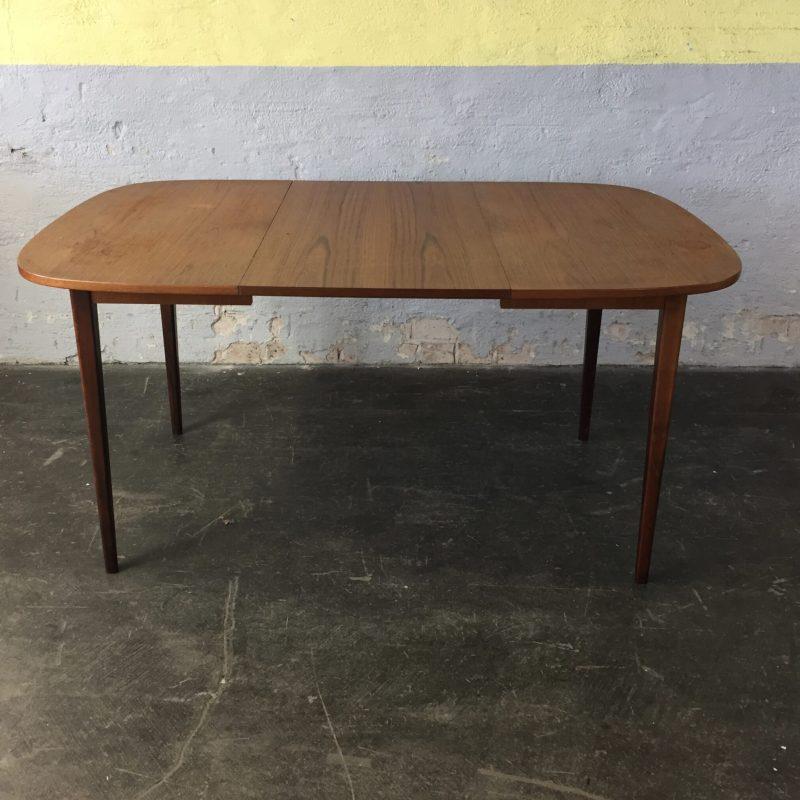Matbord i teak med en iläggsskiva