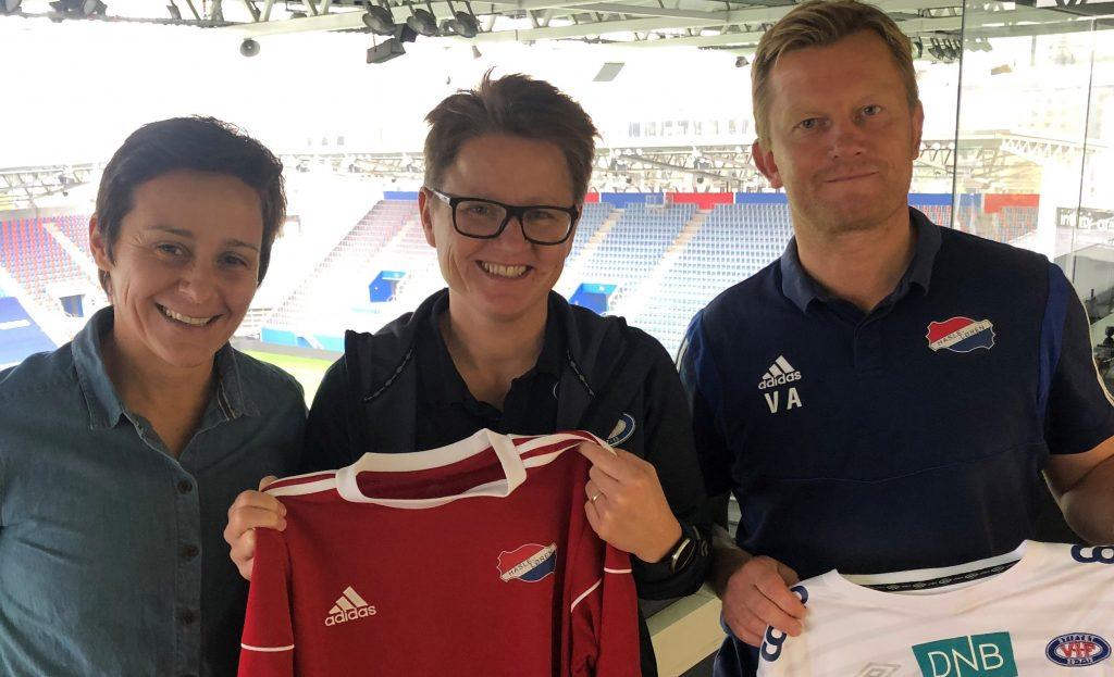 Bilde som viser sportslig leder Vanja Stefanovic og leder Viggo Anthonsen i Hasle-Løren, sammen med utviklingssjef Monica Knudsen i Vålerenga Fotball Damer.