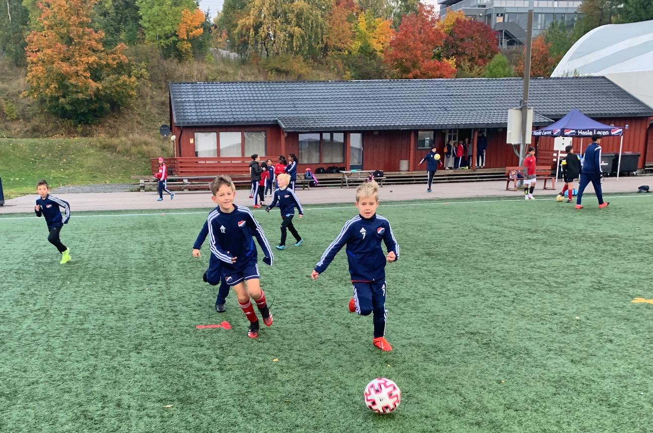 Bildet viser ivrige spillere på Hasle-Lørens camp i høstferien.