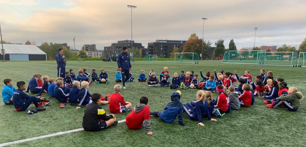 Bildet viser 63 jenter og gutter er med på fotballcamp på Lørenbanen i regi av Hasle-Løren.