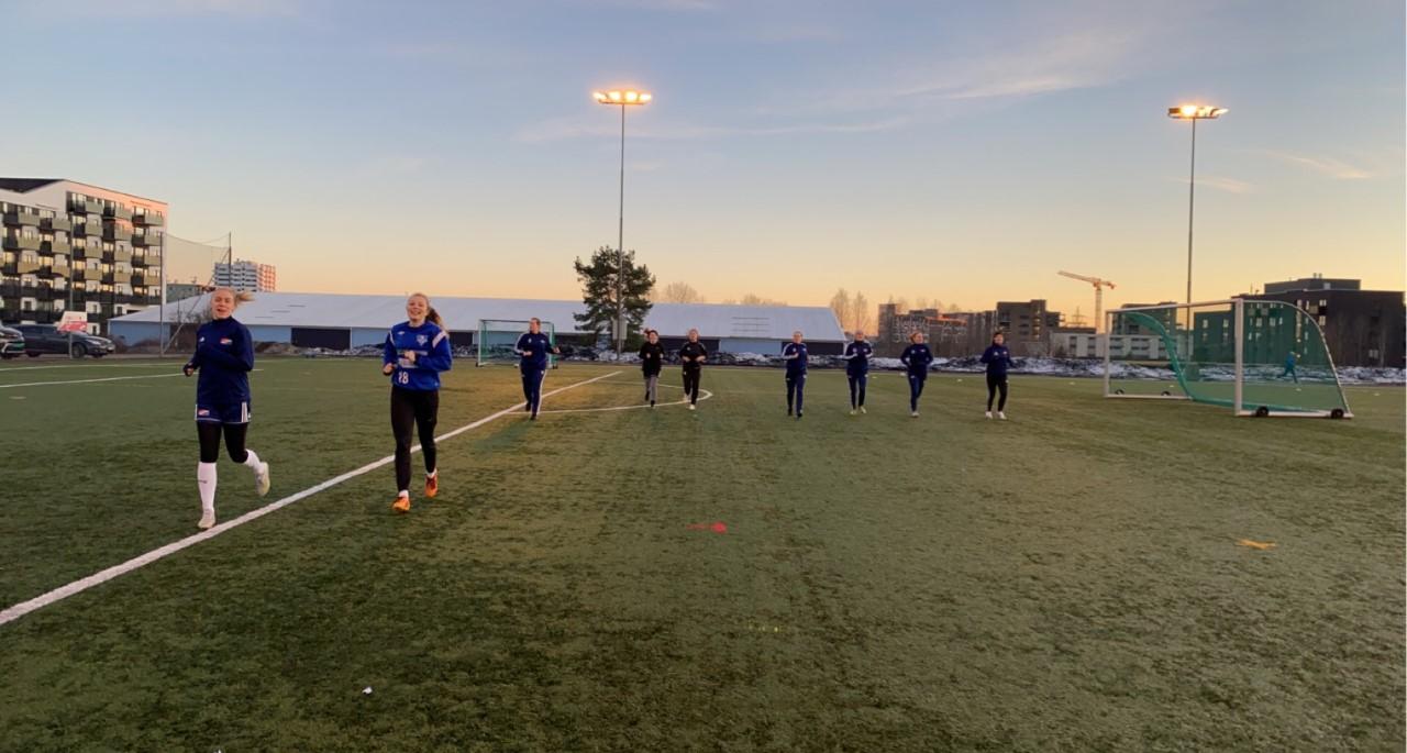 Bilde av Hasle-Lørens damelag i fotball som trener