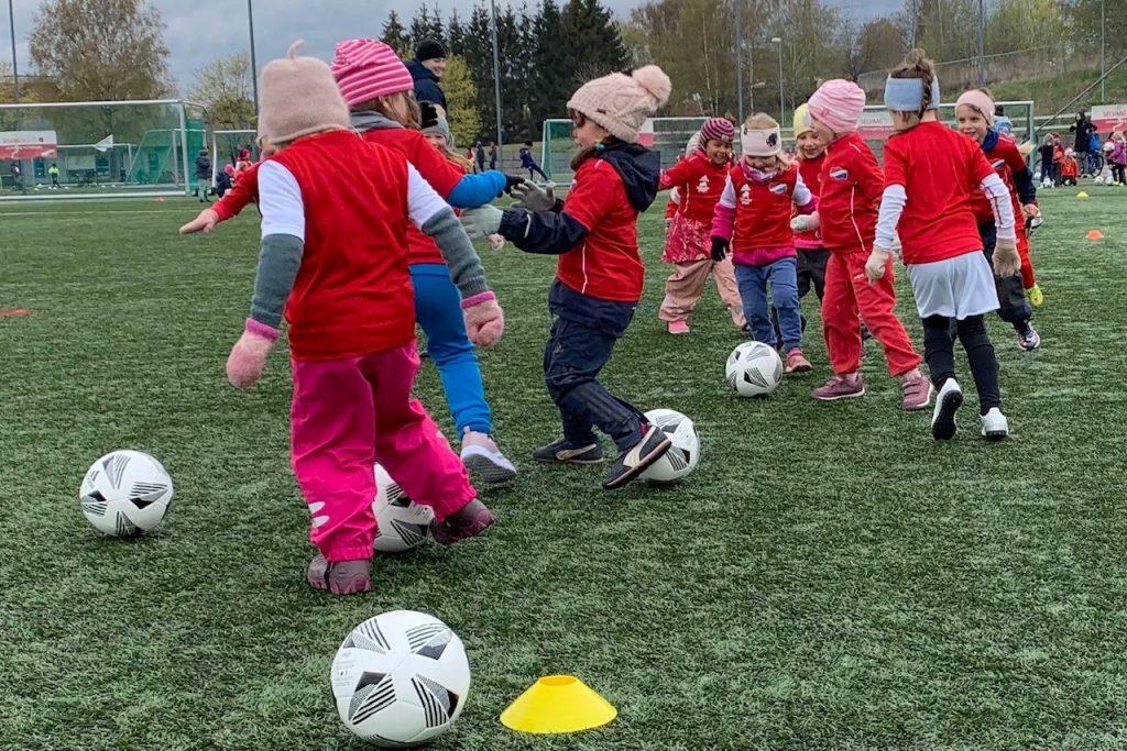 Bilde av 2016-jentene på fotballskolen til Hasle-Løren.