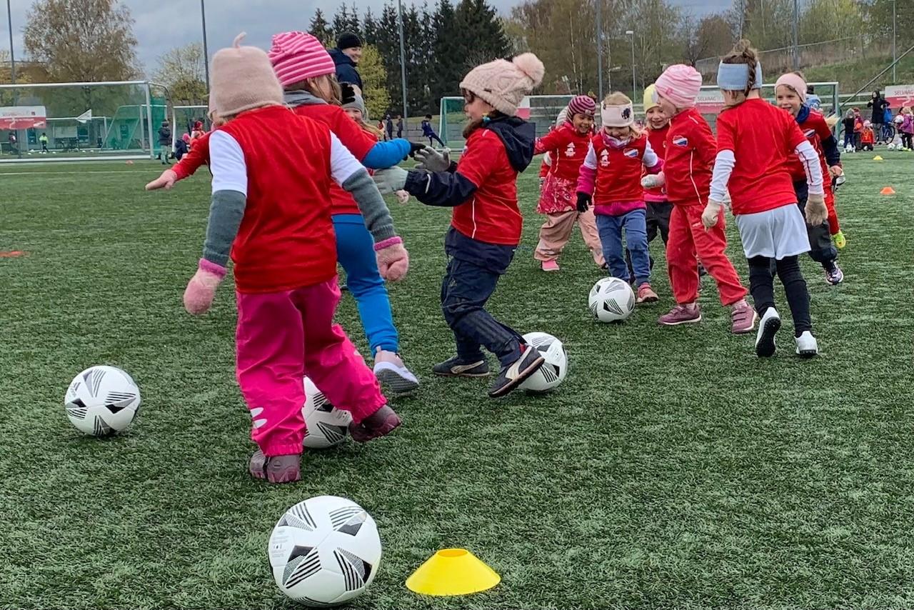 Bilde av 2016-jenter på sin første trening på fotballskolen i Hasle-Løren i 2021.