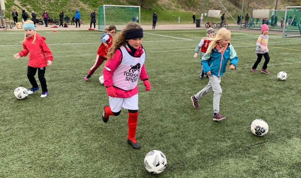 Bilde av fotballjenter på fotballskolen til Hasle-Løren.